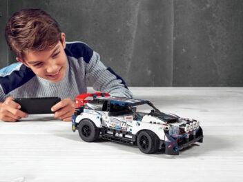 Kind mit Lego Technic Modell mit App-Steuerung Control+