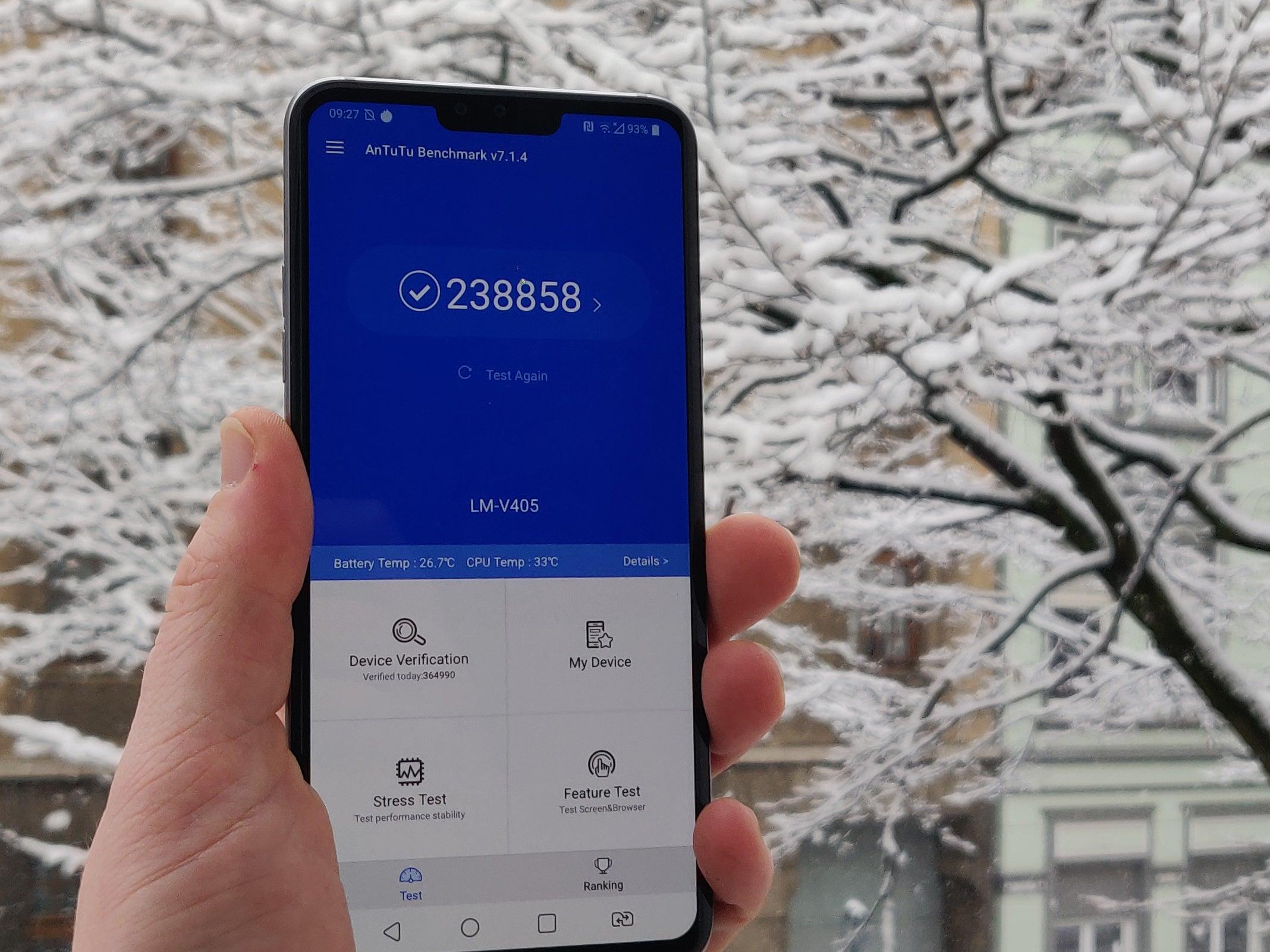 LG V40 ThinQ mit einem Benchmark-Wert auf dem Display vor verschneiter Kulisse
