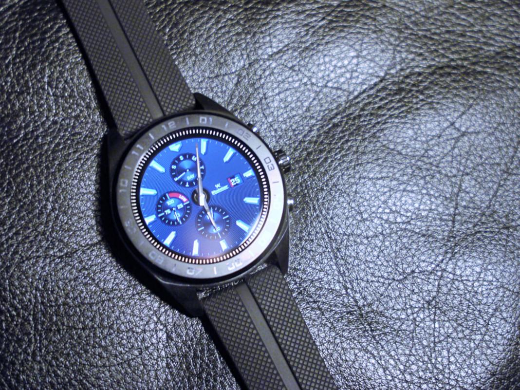 LG Watch W7 auf schwarzem Leder