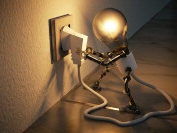 Glühbirne zieht den Stecker (Symbolbild)