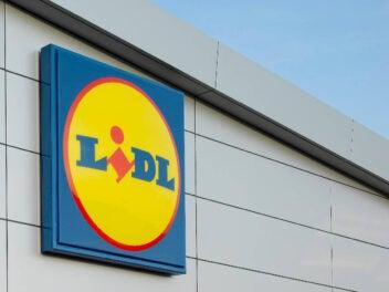 Markenlogo von Lidl an der Außenfassade einer Filiale.