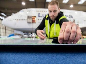 Lufthansa Techniker mit Aeroshark Oberfläche.