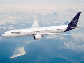 Lufthansa Flugzeug Boeing 777 von der Seite fotografiert während des Fluges