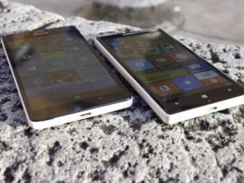 Zwei Lumia-Smartphones mit Windows 10 Mobile auf einem Stein