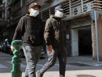 Zwei Männer tragen Atemschutz-Masken