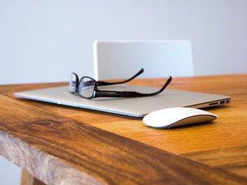 MacBook Air mit Brille und Maus
