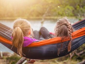 Zwei Mädchen in einer Hängematte