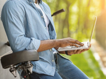 Mann, Laptop, Fahrrad, draußen