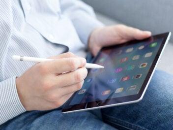 Mann mit iPad und Apple Pencil