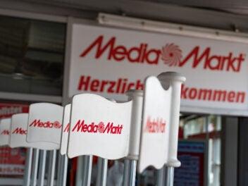 MediaMarkt Eingang mit Fahnen