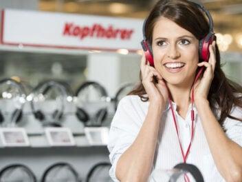Frau testet Kopfhörer bei Media Markt
