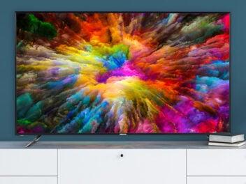 Medion Life X17575 Fernseher steht auf einem Wohnzimmerschrank.