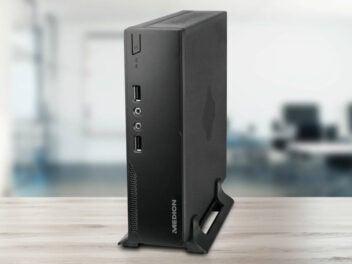 Medion Mini-PC S22003 (MD34385) steht auf einem Tisch.