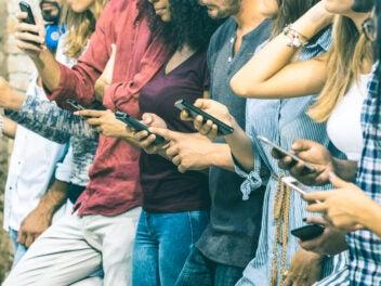 Menschen surfen im Internet auf ihren Smartphones