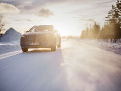 Prototyp des Mercedes-Benz EQA in winterlicher Abendsonne.