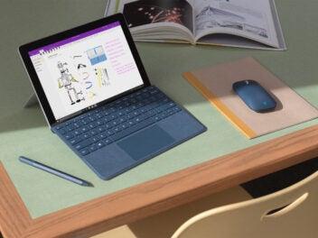 Microsoft Laptop auf einem Schreibtisch mit Windows