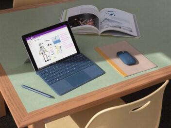 Microsoft Surface Go - Tablet auf einem Schreibtisch