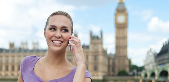 Frau telefoniert mit Handy in London.