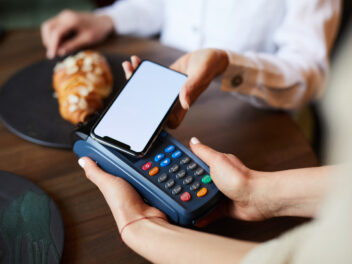 Mobile Payment mit Google Pay / Apple Pay im Café