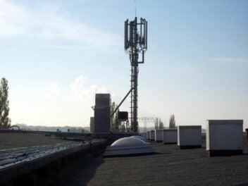 Ein Mobilfunk-Sendemast auf einem Dach