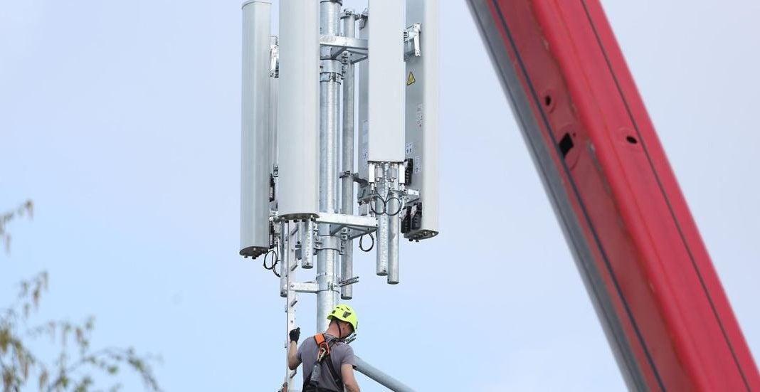 Ein Sendemast der Telekom wird aufgebaut