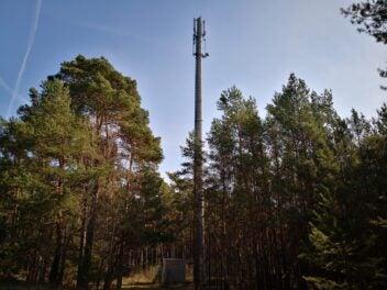 Ein Mobilfunk-Sendemast im Wald