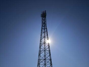 Ein Mobilfunk-Sendemast vor blauem Himmel