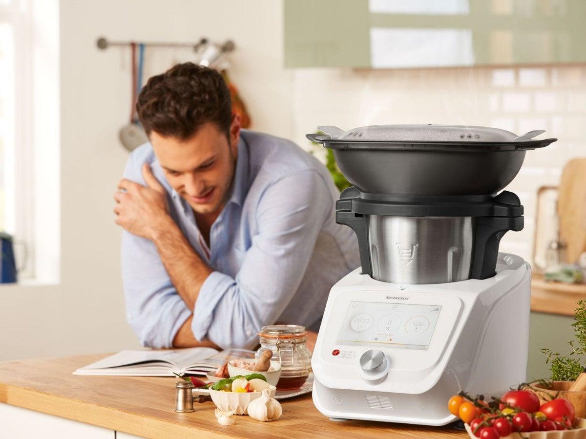 Monsieur Cuisine Connect mit lachendem Mann
