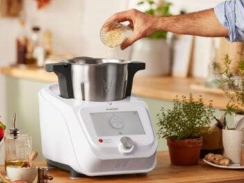 Die Küchenmaschine Silvercrest Monsieur Cuisine Connect auf einer Anrichte