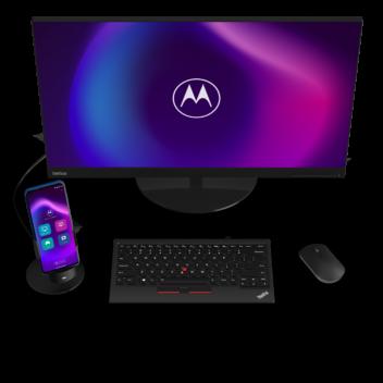 Das Motorola Moto G100 ist über eine Dockingstation mit einem Desktop verbunden