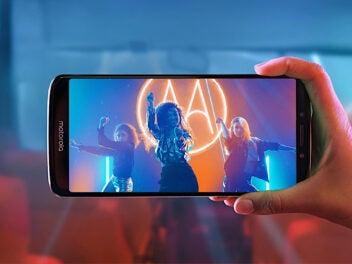 Motorola Moto E5 in der Hand mit Kamera-App auf einem Konzert
