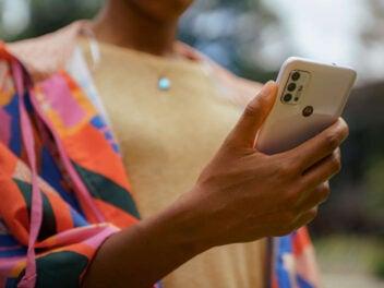 Motorola Moto G30 in Hand eines Mannes