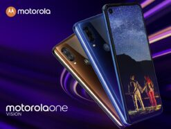 Motorola One Vision in Bronze und Blau.