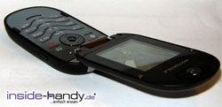 Motorola PEBL V6 - liegend aufgeklappt
