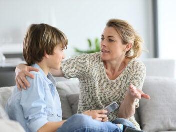Mutter erklärt Sohn Dinge (Symbolbild)