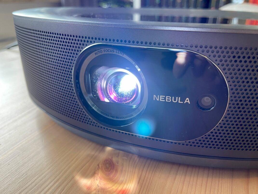 Die Linse des Nebula Cosmos Max mit der Kamera zum scharf stellen