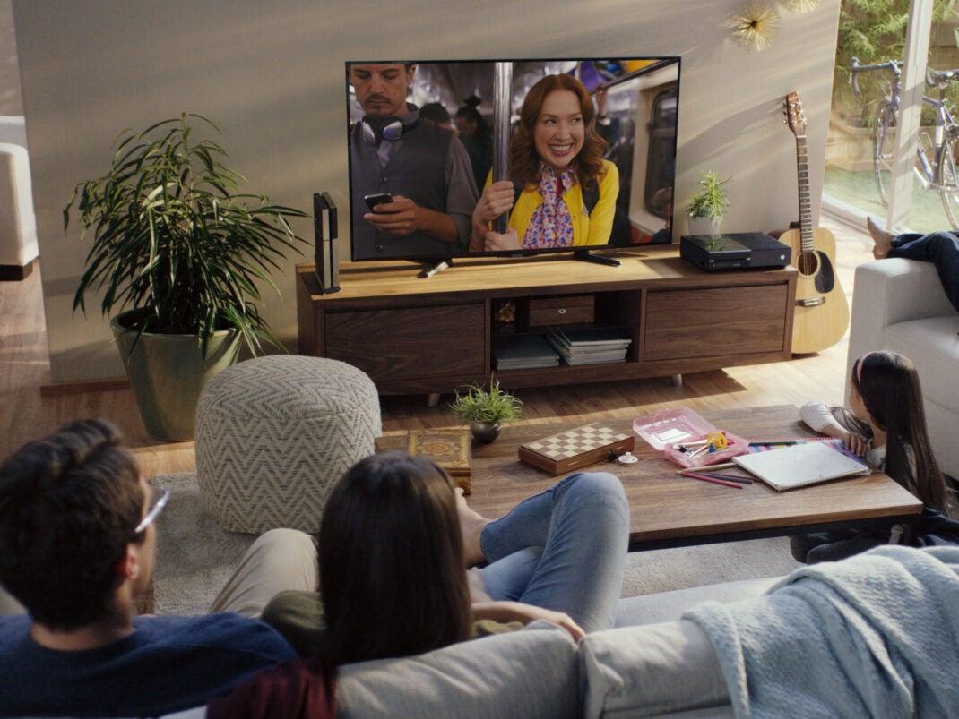 Familie schaut zusammen Netflix auf dem Fernseher