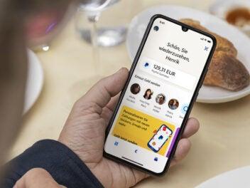 Die neue App von PayPal auf einem Smartphone in der Hand eines Menschen.