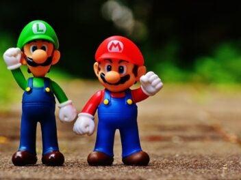 Die Nintendo-Figuren Luigi und Mario strecken eine Faust nach oben