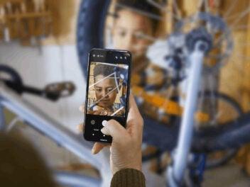 Mann macht ein Foto von seinem Sohn mit dem Nokia 1.4.