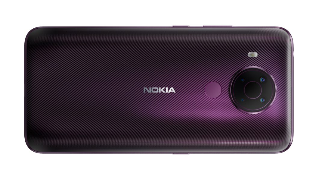 Die lilafarbene Rückseite des Nokia 5.4