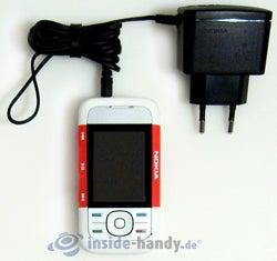 Nokia 5300 Xpress Music: mit Ladegerät