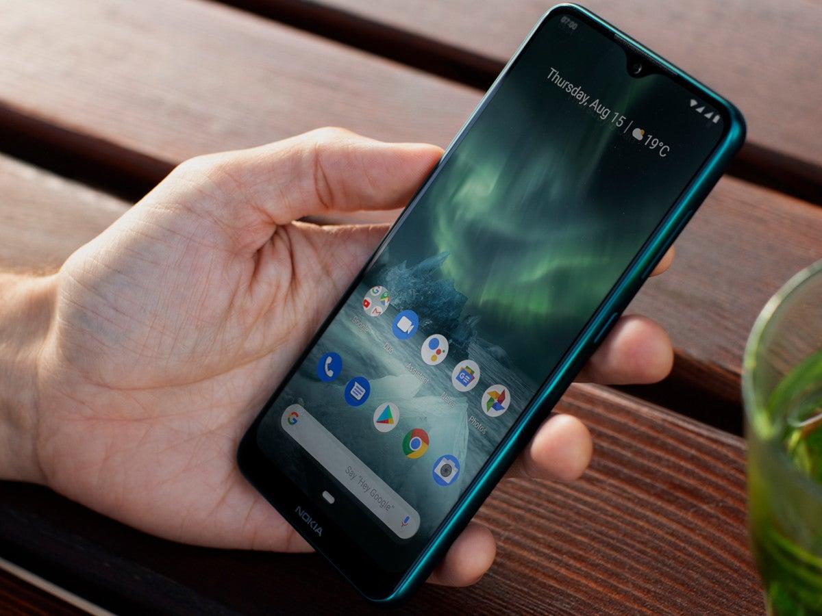 Nokia 6.2 in der Hand auf einem Tisch