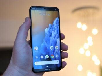 Nokia 8.1 mit Lampe im Hintergrund