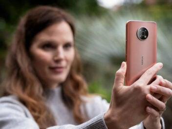 Frau macht mit dem Nokia G50 ein Foto.