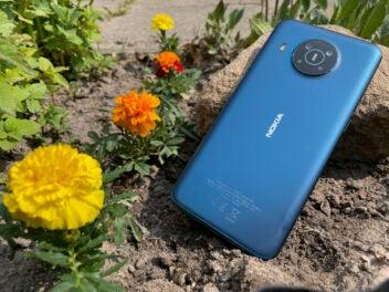 Nokia X20 liegt im Beet mit Blumen