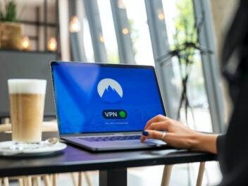 NordVPN-Dienst auf einem Apple-Laptop in einem Café
