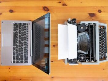 Notebook und Schreibmaschine