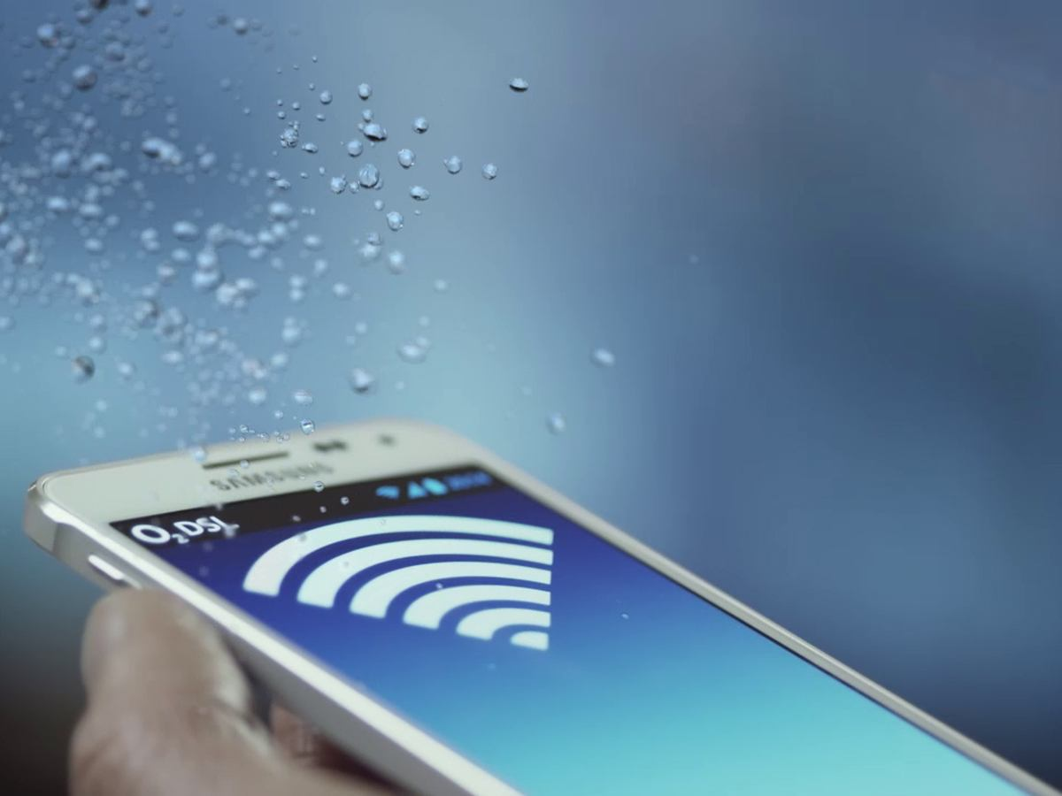 Ein Handy mit einem WLAN-Symbol und O2-DSL-Schriftzug