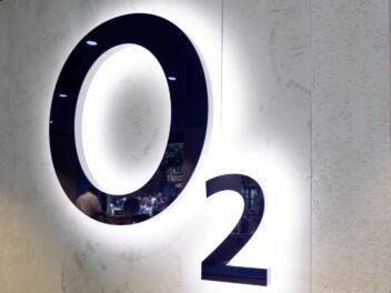 Das O2-Logo auf einer Wand.